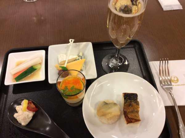 羽田空港ファーストクラスラウンジのビュッフェの食事