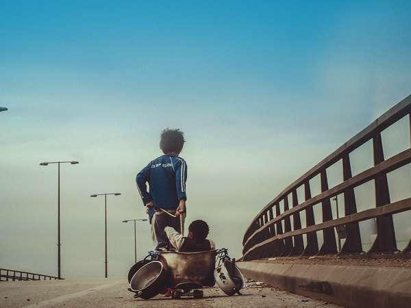 映画「存在のない子供たち」のワンシーン・ゼインと赤ちゃん