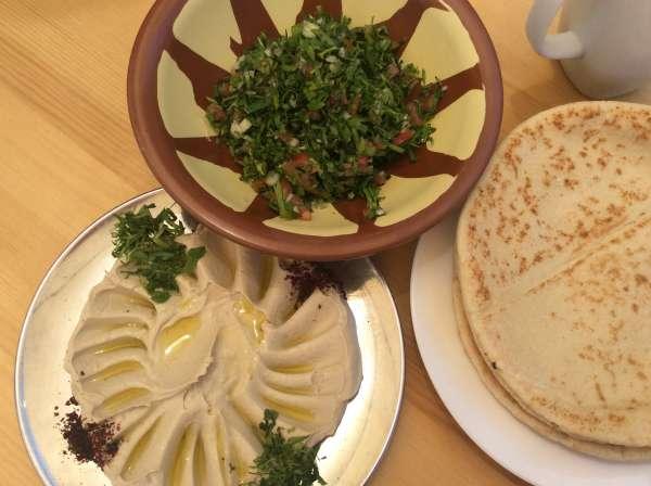 イスラエルで食べたフムスやサラダ