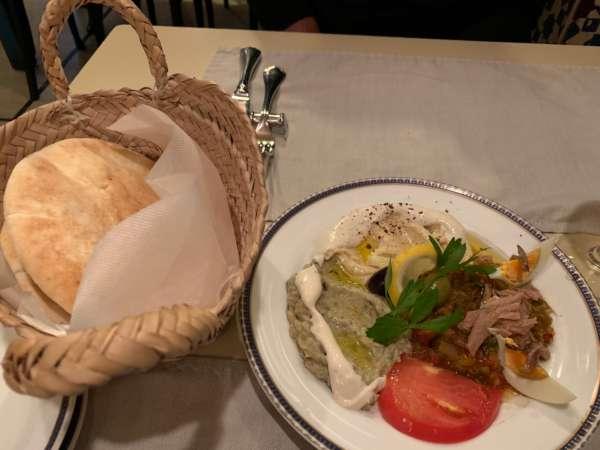 中東料理店のフムス