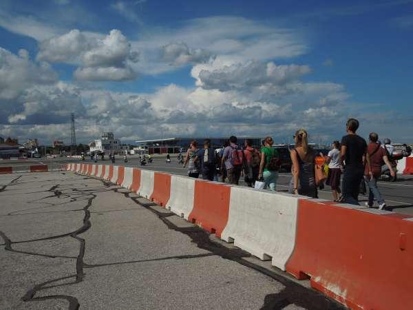ジブラルタル空港の滑走路を歩く人たち