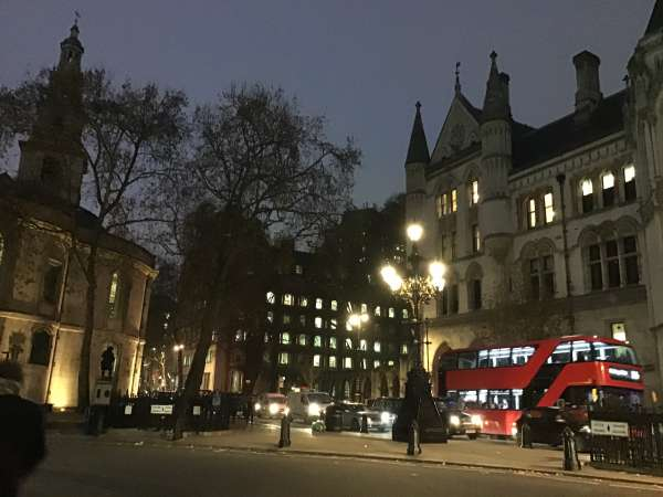 夜のロンドンの街並み