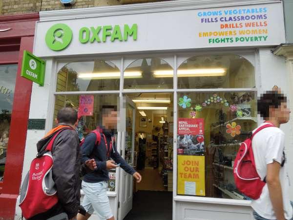 Oxfamのお店の前