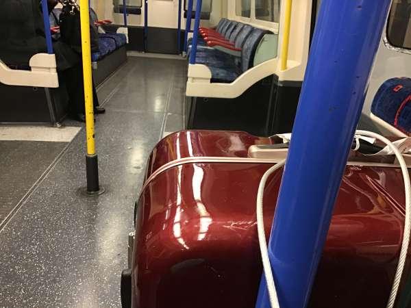 地下鉄内に置いたスーツケース