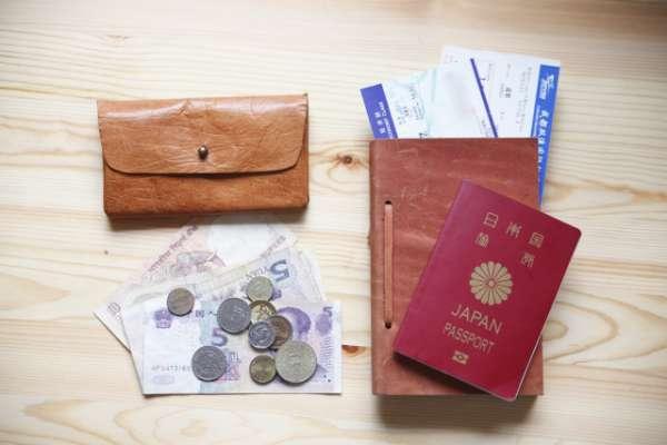 海外旅行用の財布とパスポート