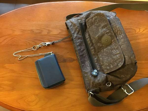 Kiplingのバッグに取り付けた財布