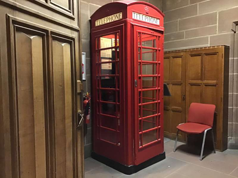 大聖堂の中の電話ボックス