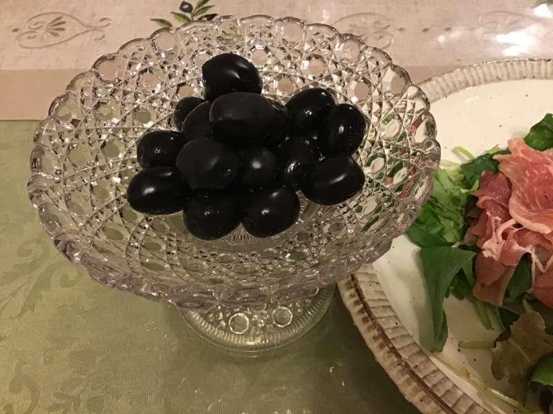 小豆島のオリーブを盛り付け