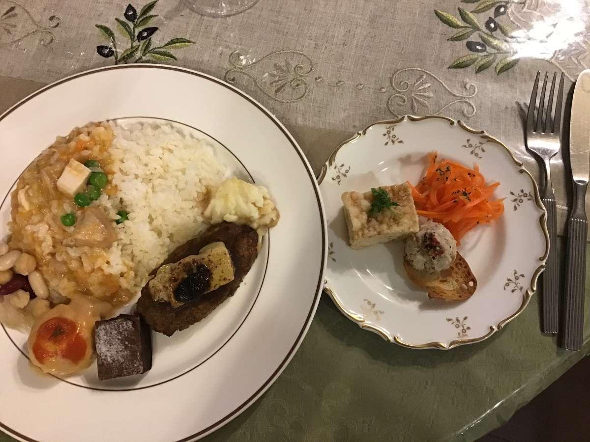 盛り付けたフランス料理フルコース膳