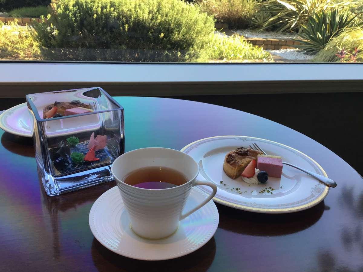 ティータイムのケーキと紅茶