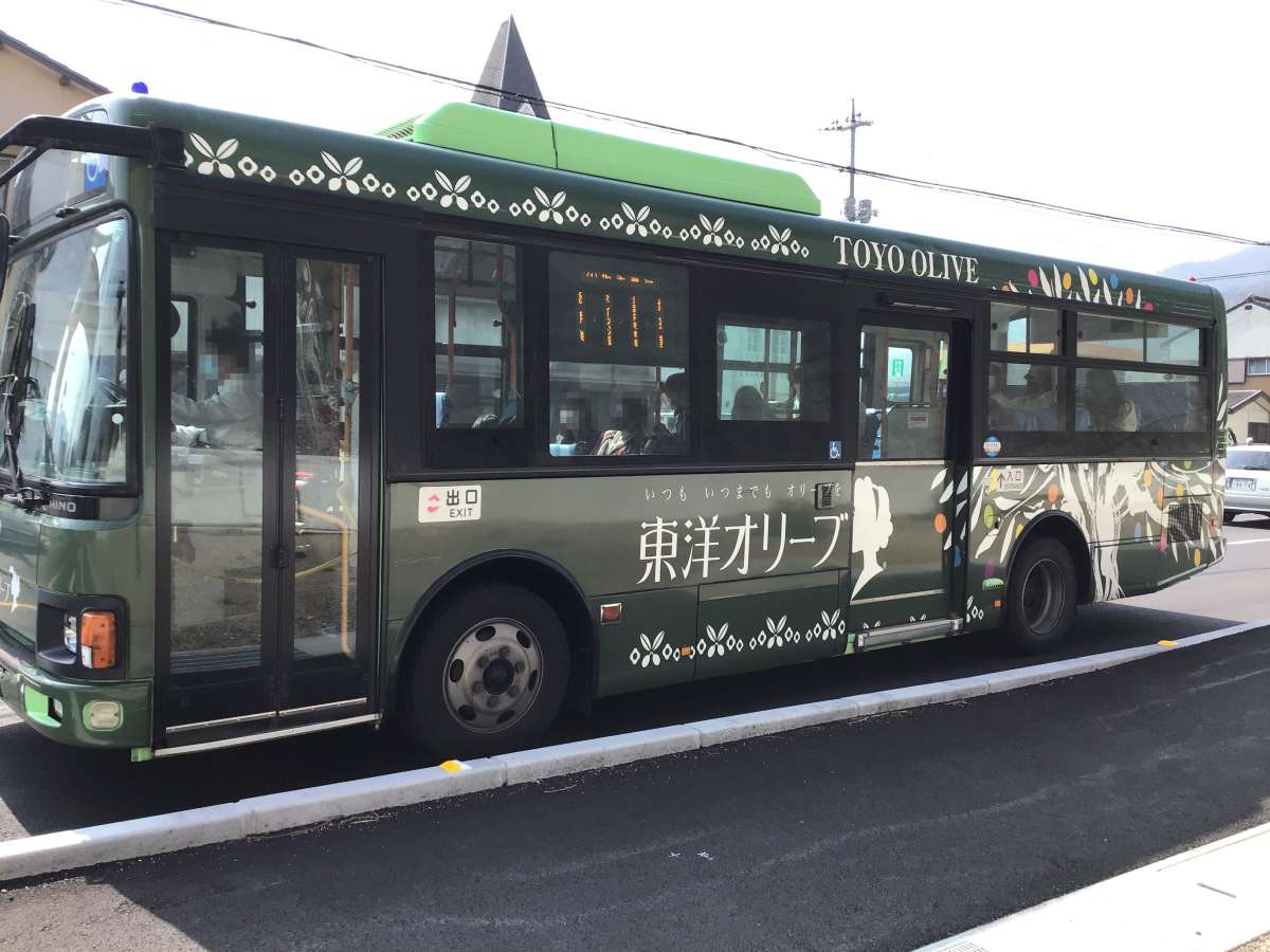 東洋オリーブの広告のバス